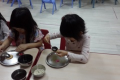 Yuri and Xiaoluo-Busy in spreading chocolate